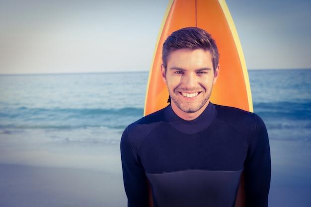 水着でサーフボードを持つ男
