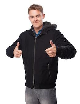 Человек с толстовка с двумя пальцами вверх