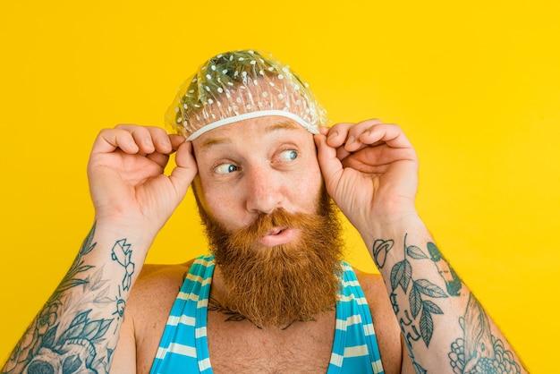 여성용 수영복과 머리 모자를 쓴 남자는 여름을 준비합니다