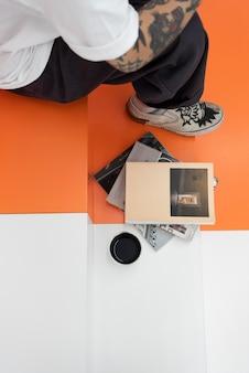 カフェでコーヒーを楽しんだり、本を読んで入れ墨の男