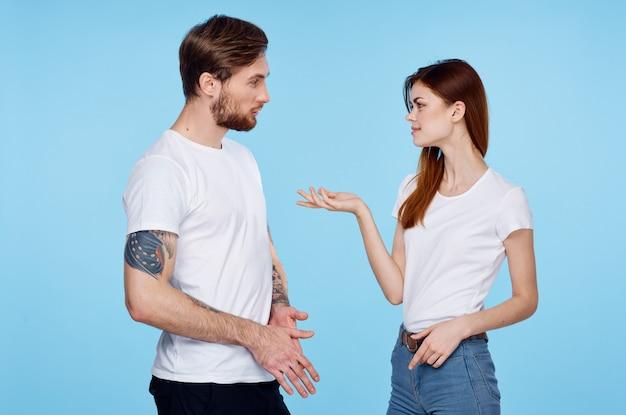 女性のコミュニケーション デートの友情のモダンなスタイルの隣に入れ墨をした男