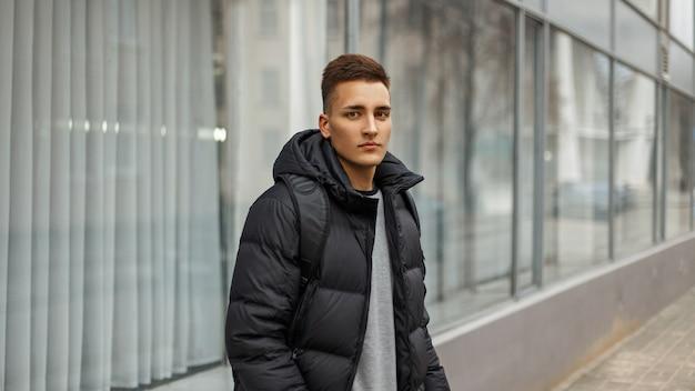 Человек с прической в зимней куртке на открытом воздухе