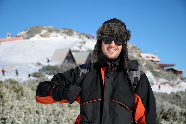 Человек с большой палец вверх в снегу