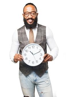 L'uomo con la cravatta sorridente e in possesso di un orologio