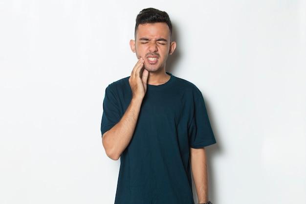 歯痛の痛みに苦しんでいる男の歯痛の肖像画を持つ男虫歯歯の過敏症