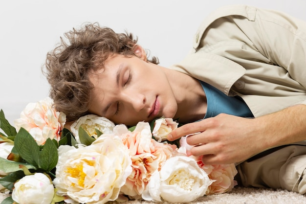 Человек с плащом с цветами в руках