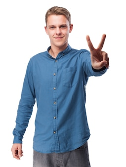 Человек с двумя поднятыми пальцами