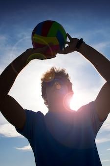 Человек с мячом волейбола