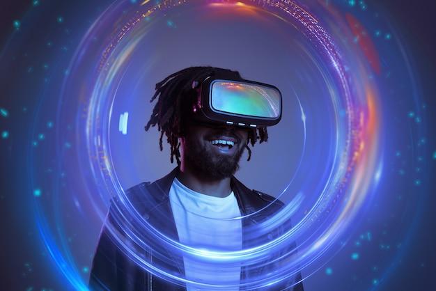 Vrメガネを持った男が仮想ビデオゲームで遊ぶ Premium写真
