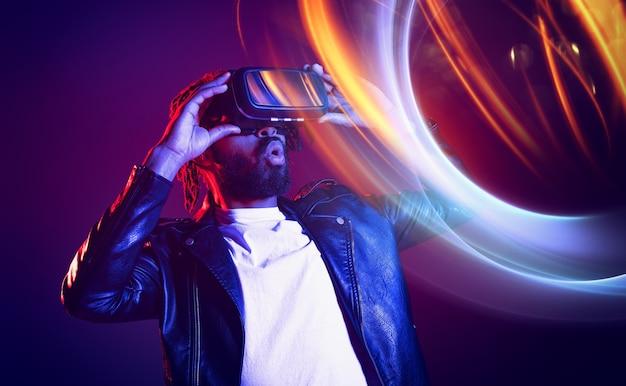 Человек в очках vr играет с виртуальной видеоигрой Premium Фотографии