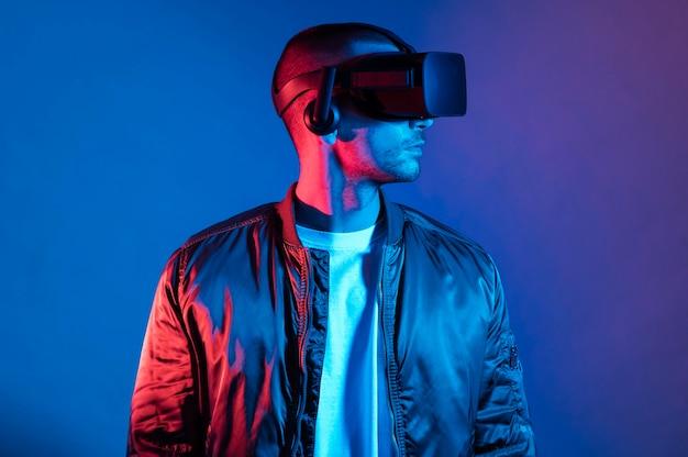 Uomo con la tecnologia degli occhiali vr colpo medio Foto Gratuite
