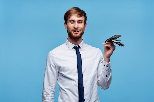 Человек с пачкой денег финансирует официальный синий фон