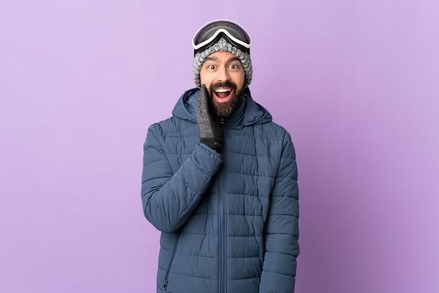 冬服とスキーヤーゴーグルを持つ男