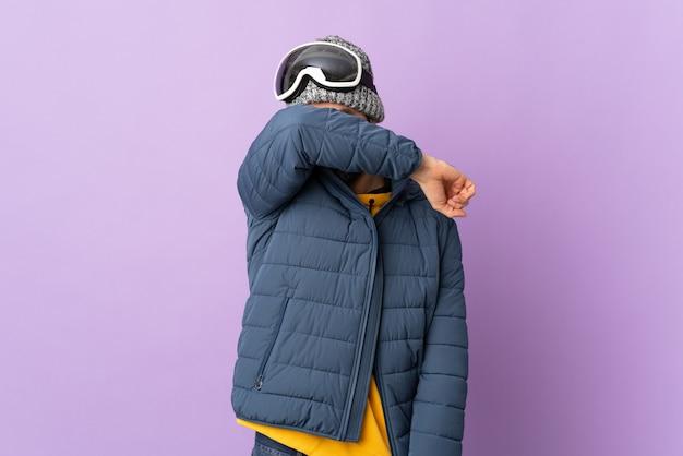 Человек в зимней одежде и лыжных очках