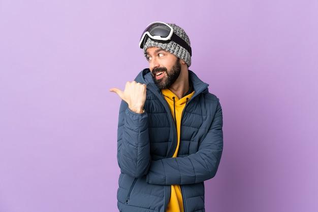 겨울 옷과 스키 고글을 가진 남자