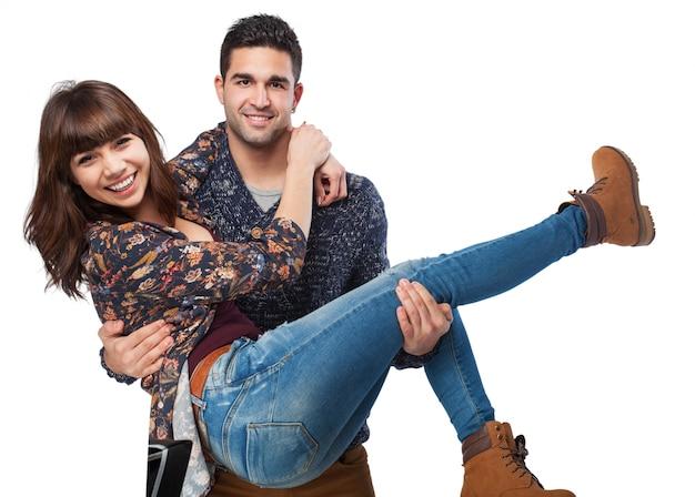 L'uomo con la donna tra le braccia