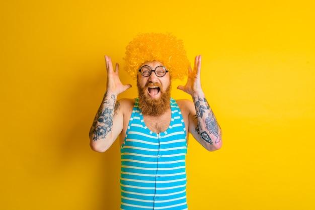 노란 수염과 안경을 쓴 남자