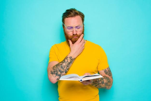 노란 티셔츠를 입은 남자는 책을 읽는다