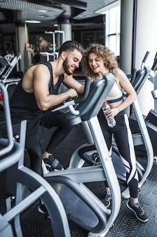 Un uomo e una donna stanno guardando un video di allenamento