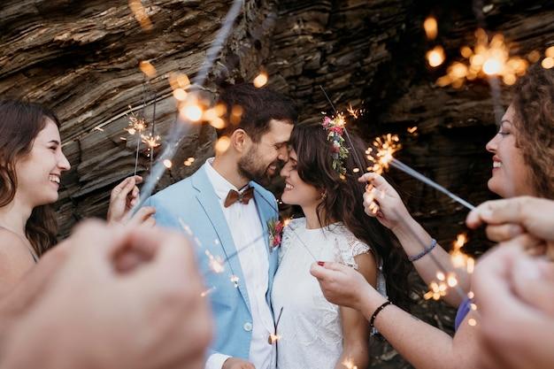 Uomo e donna che celebrano il loro matrimonio in spiaggia