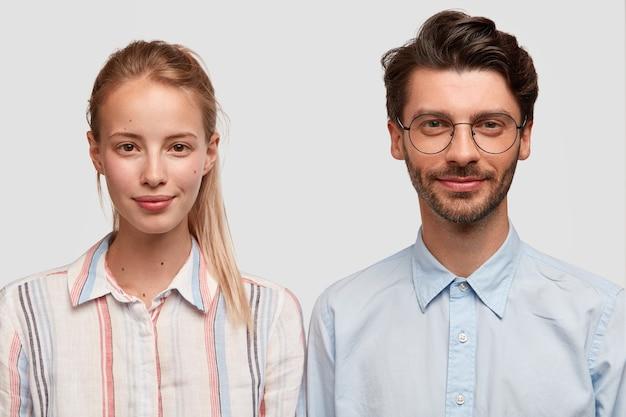 Uomo e donna in abiti formali in posa