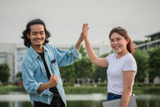 Мужчина женщина счастливые студенты в университете