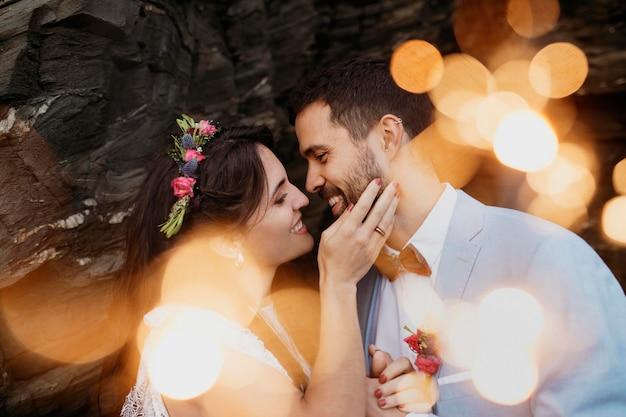 Uomo e donna che hanno un matrimonio sulla spiaggia