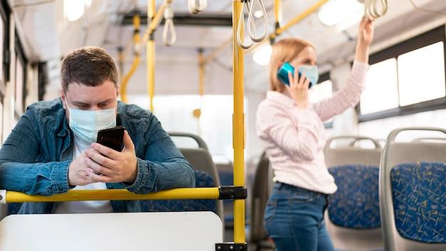 Uomo e donna mantenendo la distanza sociale