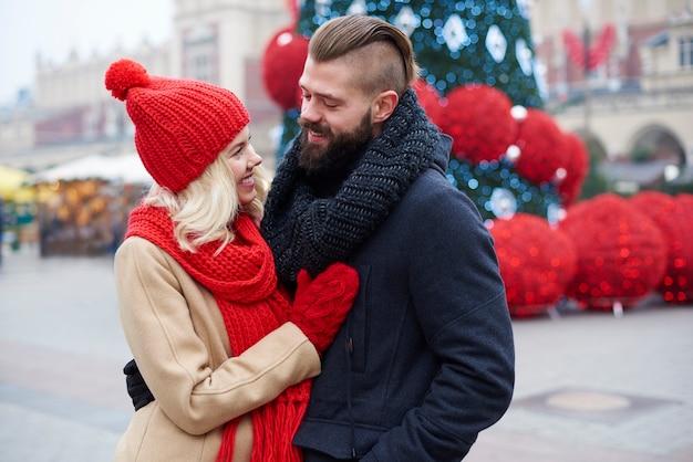 Uomo e donna sulla piazza del mercato
