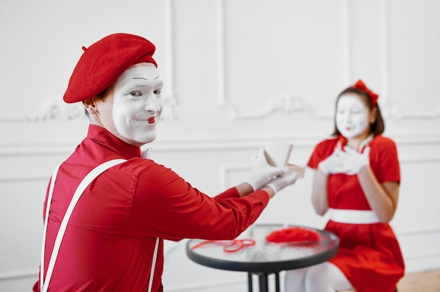 Man and woman, mime artists, scene with gift