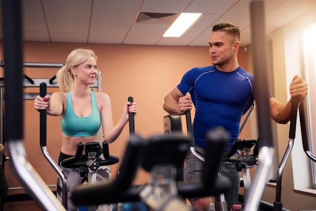 Uomo e donna che si motivano a vicenda