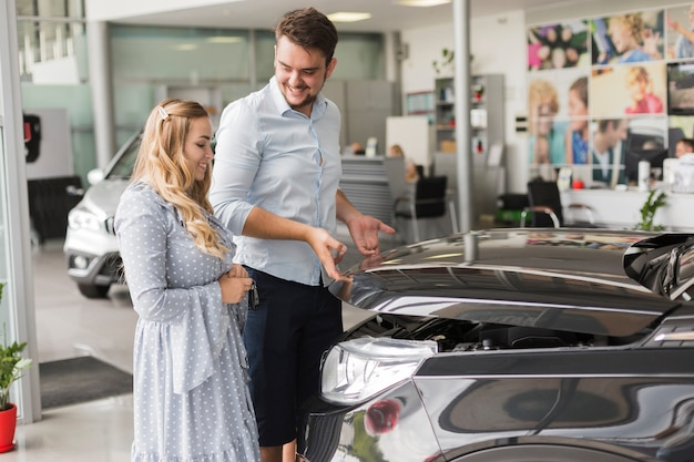Uomo e donna apertura cofano auto