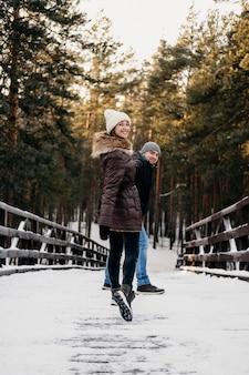 Uomo e donna insieme all'aperto durante l'inverno