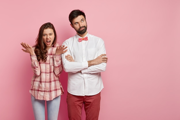 Uomo e donna in posa in abiti colorati
