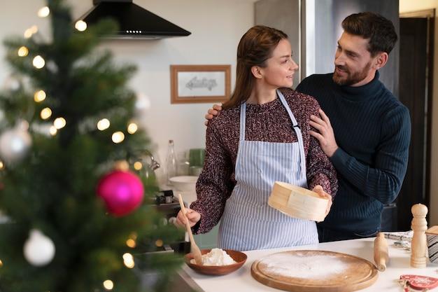 Uomo e donna che preparano insieme la cena di natale