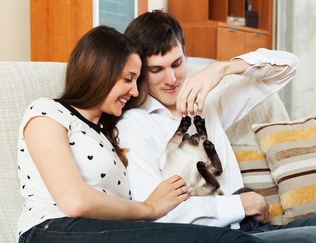 Uomo e donna sul divano