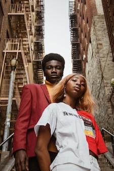 Uomo e donna in piedi sulle scale