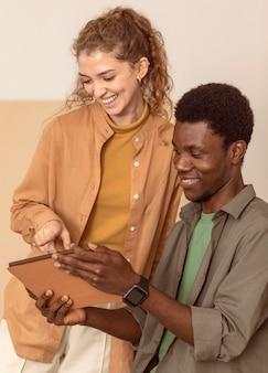 Uomo e donna che utilizzano una tavoletta digitale