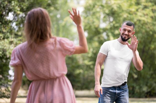 Uomo e donna che si salutano
