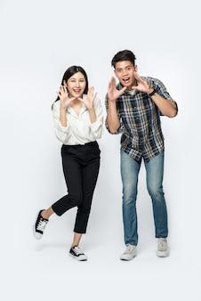 Uomo e donna che indossa camicie e mani che gridano congratulazioni
