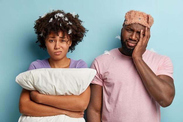 Uomo e donna con maschera per dormire e cuscino
