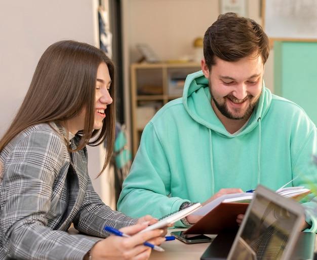 Uomo e donna che lavorano insieme per un nuovo progetto