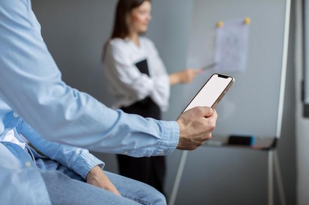 Uomo e donna che lavorano insieme in una startup