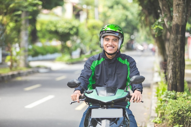 Человек работает коммерческим мотоциклистом