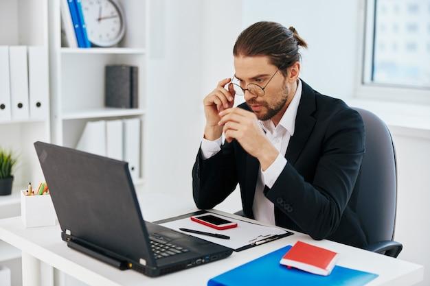 Эмоции работы человека перед боссом ноутбука