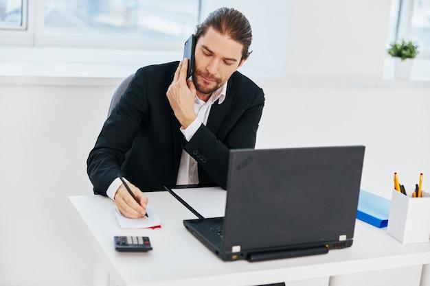 Эмоции работы человека перед боссом коммуникации компьтер-книжки. фото высокого качества