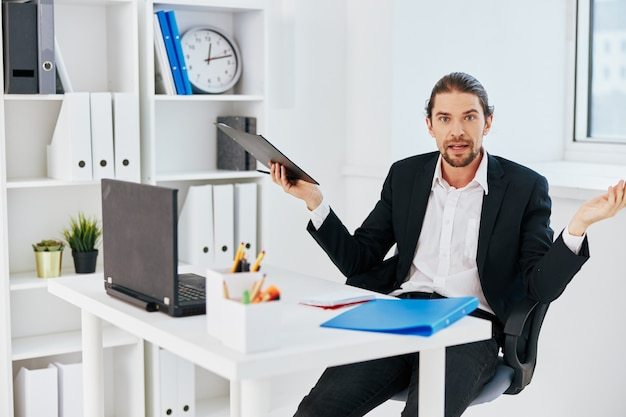 Эмоции работы человека перед босс связи ноутбука