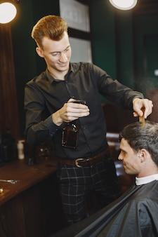 Человек работает с волосами. парикмахер с клиентом.