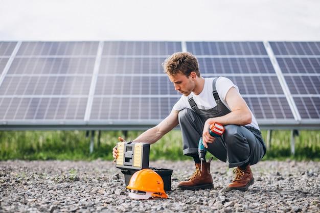 太陽電池パネルによって群衆の中で男労働者