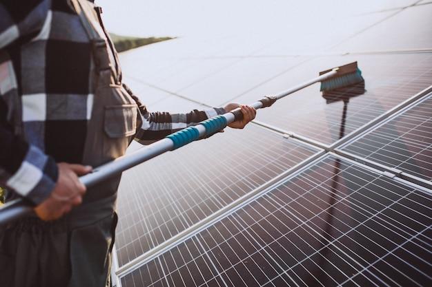 태양 전지 패널에 의해 firld에서 남자 노동자